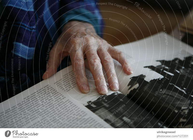 Großvater's Hand Senior Krieg Unterdrückung Innenaufnahme Frieden zeigen Buch lesen Seniorenpflege