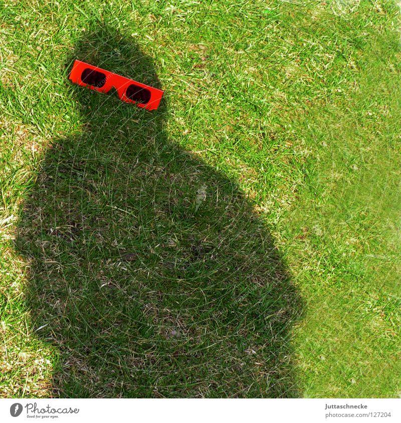 Mr. Bojangles feat. Kalle :-)) Schatten Brille Silhouette rot Sonnenbrille Gras grün Freude obskur Garten der schwarze Mann Juttaschnecke Witz