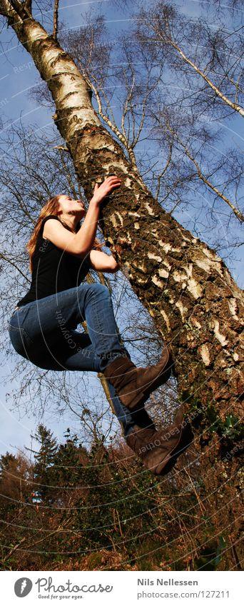 Baumkletterin Leichtigkeit springen Klettern Frau Spielen Mut schwierig Affen gewagt Natur Erklimmung hoch Erfolg Außenaufnahme