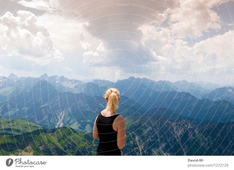 Oben angekommen Mensch Frau Himmel Ferien & Urlaub & Reisen Jugendliche Sommer Junge Frau ruhig Wolken Freude Ferne Erwachsene Berge u. Gebirge Leben feminin
