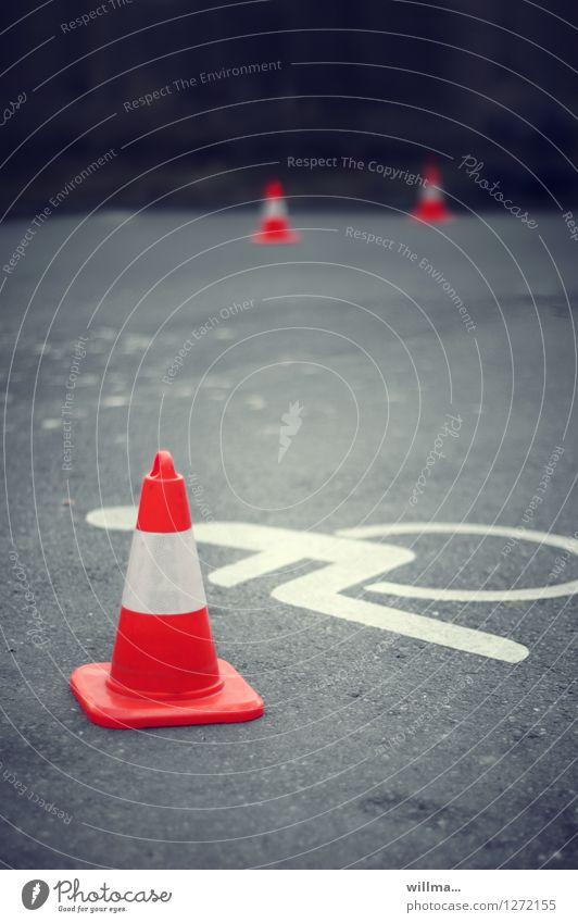 hindernisparcours Zeichen Mobilität Fürsorge Parkplatz blockieren Behinderte Rollstuhl Verkehrsleitkegel Akzeptanz Behindertengerecht