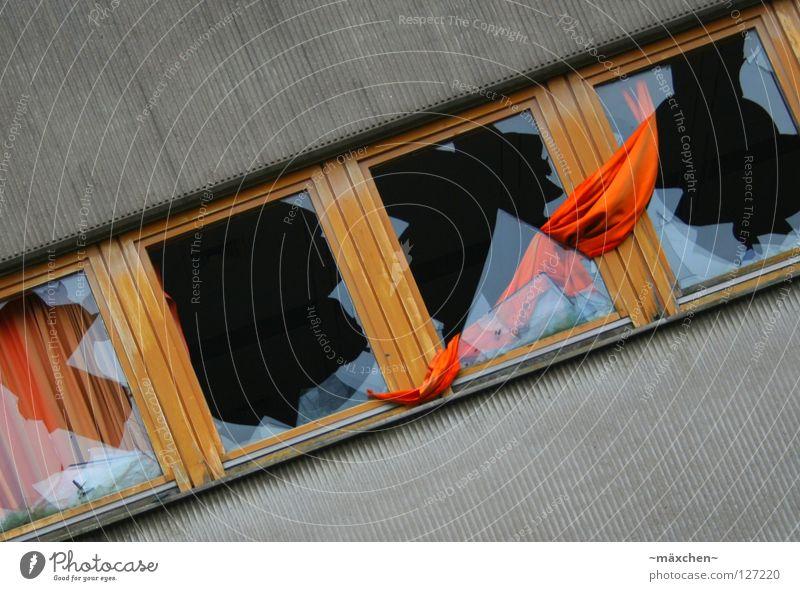 Gardinenbruch I Fenster kaputt diagonal Splitter Ecke Zerstörung zerstören Wut Wand Vorhang gelb grau gesplittert durcheinander Textilien weich hart