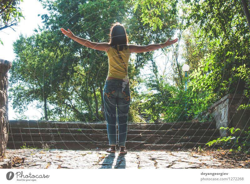 Frau mit ausgestreckten Armen gegen Sonne Himmel Natur blau schön Sommer Erholung Freude Mädchen Erwachsene Glück Freiheit Lifestyle Freizeit & Hobby stehen