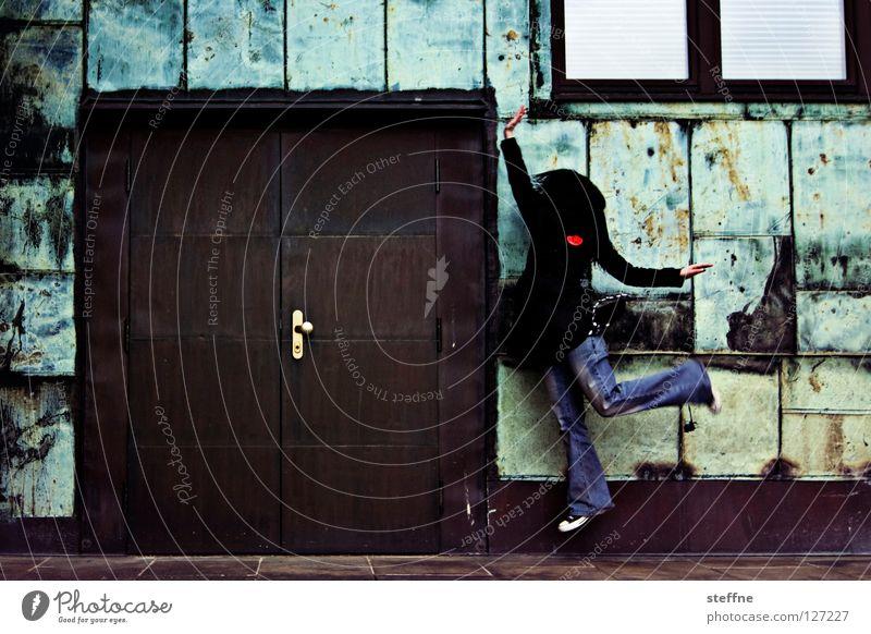BALLERINA Frau Jugendliche grün Stadt schön Wand Spielen springen Mauer Tür braun Tanzen Fröhlichkeit süß Jeanshose Industriefotografie