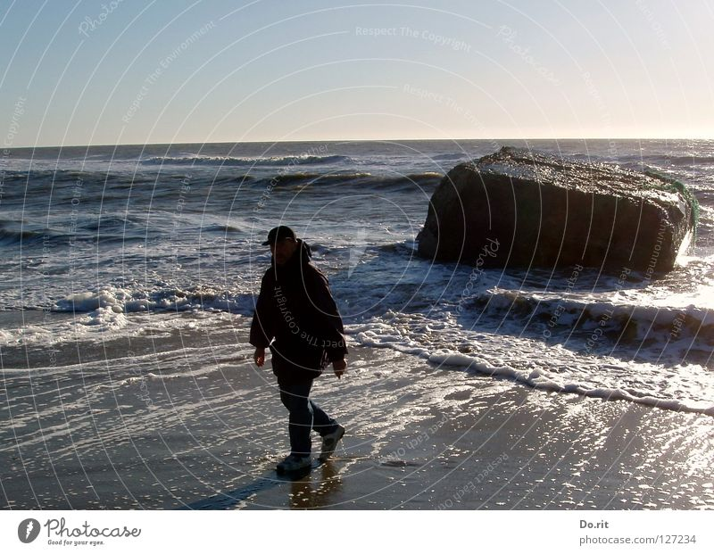 I´m walking in the... Ferien & Urlaub & Reisen Strand Wellen wandern Mann Erwachsene Wasser Schönes Wetter Felsen Küste Nordsee Stein dunkel nass blau weiß
