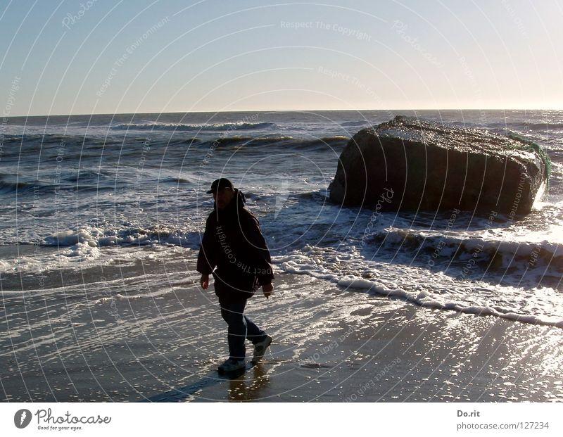 I´m walking in the... Mann blau Wasser weiß Ferien & Urlaub & Reisen Strand Erwachsene dunkel Küste Stein Beleuchtung Wellen Felsen nass wandern Spaziergang