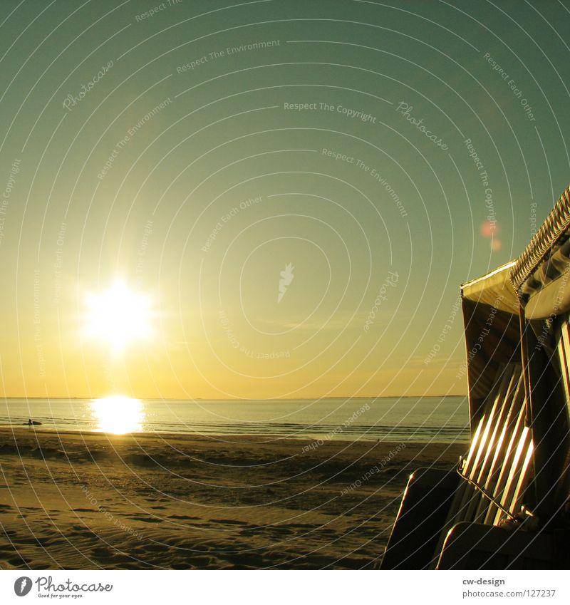WINTERPAUSE Strandkorb blenden Sandkasten Spielplatz Spielen Schaufel stehen gehen Sportplatz Sandburg umsonst Farbverlauf schwarz Horizont Körperhaltung Pause