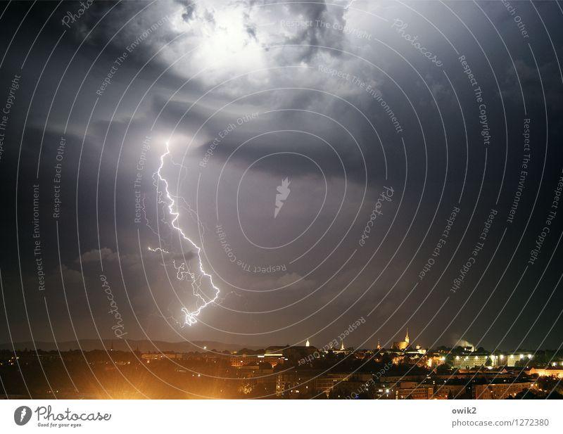 Wieder einer zu schnell gefahren Urelemente Gewitterwolken Nachthimmel Horizont schlechtes Wetter Unwetter Bautzen Deutschland Lausitz Stadt bevölkert Haus