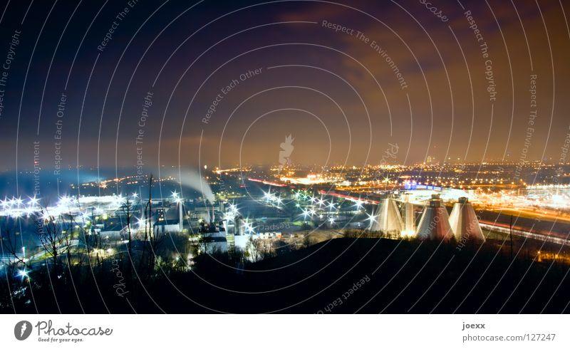 Industrie <> Wohngebiet Himmel Stadt hell Beleuchtung groß Horizont hoch Industriefotografie Nacht Gebäude Aussicht Fabrik München Nachthimmel Bayern