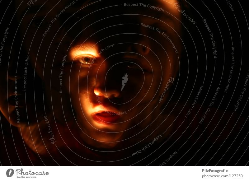 Paranoide Schizophrenie IV Jugendliche rot schwarz Gesicht Auge Tod dunkel lachen Beleuchtung Angst Mund Nase verrückt Kreis Show Zähne