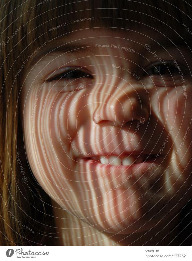 EAN II.III.I.IIII.II Kind Nahaufnahme Porträt Licht Lichteinfall Vorhang dunkel ernst bezeichnen Streifen Barcode Wissenschaften Gesicht Auge Mund Nase Ohr