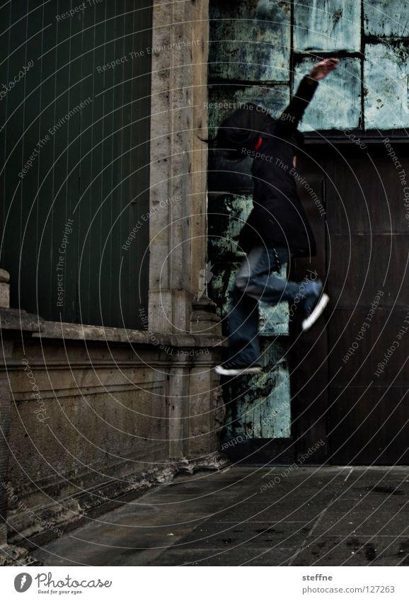 KARATE KID Frau Jugendliche Stadt schön Wand Spielen springen Mauer Tür Tanzen fliegen Fröhlichkeit süß Industrie Jeanshose heiß