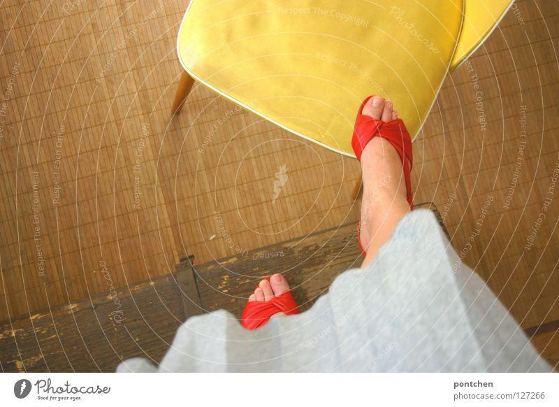 Frau in roten offenen Schuhen steigt auf gelben Stuhl Sommer Sandale stehen Holz Truhe steigen Ferne erobern Spielen Kinderspiel Raum Sechziger Jahre retro