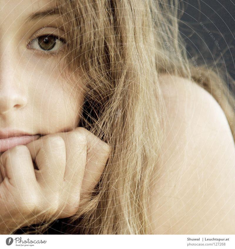 Denn du ... Blick Auge braunes Auge Kontakt träumen Denken Gedanke Haare & Frisuren brünett Mund Lippen Hand Finger Porträt Haut Gesicht Schulter Frau