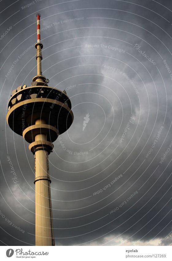 Dem Himmel so nah...(2. Anflug) Funkturm Wolken grau Wolkendecke Beton Stahl Gebäude Funktechnik Mobilfunk Sicherheit senden Station Plattform Antenne