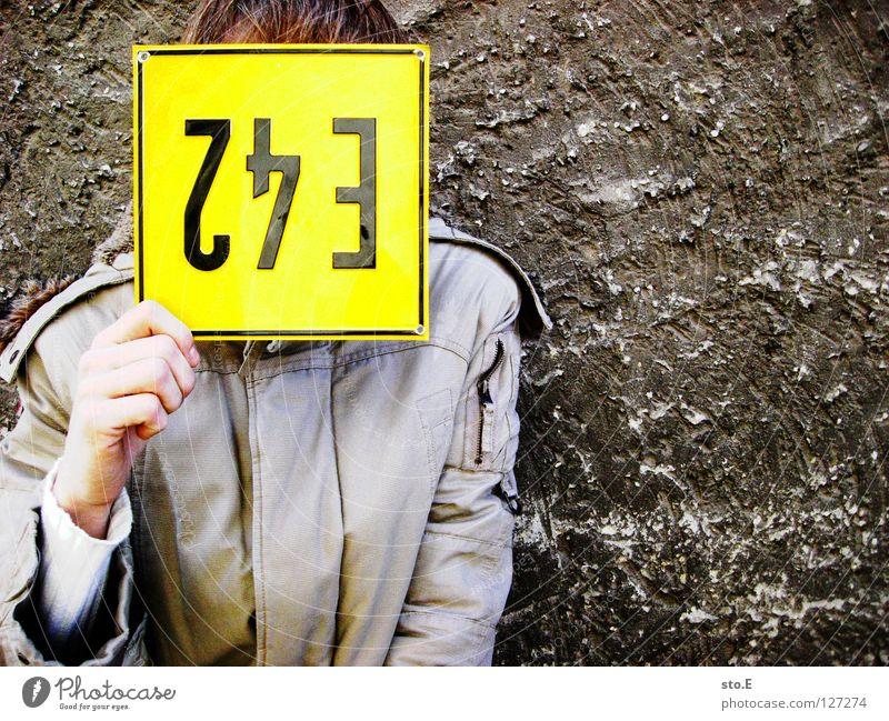 blond Mensch Mann Natur alt Hand schwarz kalt Wand Mauer Schilder & Markierungen Hinweisschild Ziffern & Zahlen festhalten Zeichen Jacke