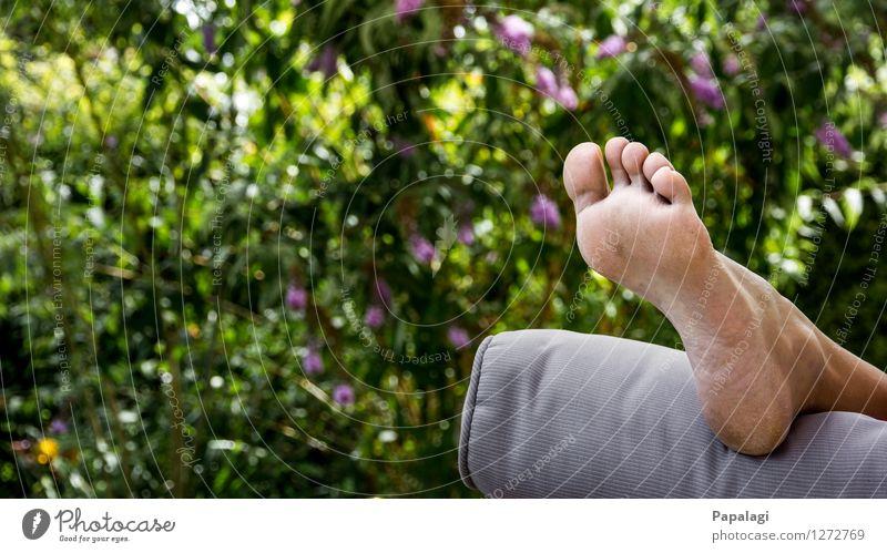 Nach der Gartenarbeit Lifestyle Sommer Frau Erwachsene Fuß Zehen Fußsohle 1 Mensch Umwelt Natur Schönes Wetter Sträucher Erholung frei natürlich Freiheit Freude