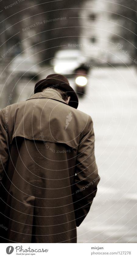 Alone in my own Universe Mann Senior Kerl maskulin Mantel gehen wandern Einsamkeit Unschärfe Trauer geheimnisvoll seriös Stadt Morgen Nationale Sicherheit Agent