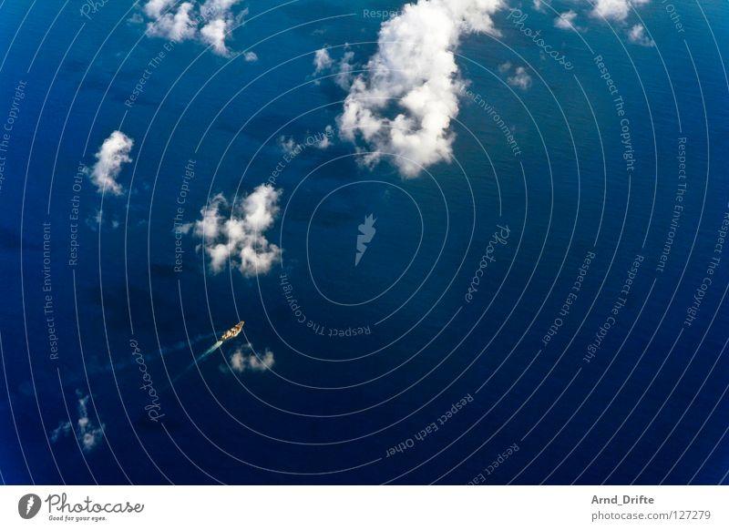Kleines Schiff Wasser Meer blau Wolken Einsamkeit Ferne See Luft Wasserfahrzeug Wellen klein fliegen hoch Luftverkehr Niveau Aussicht
