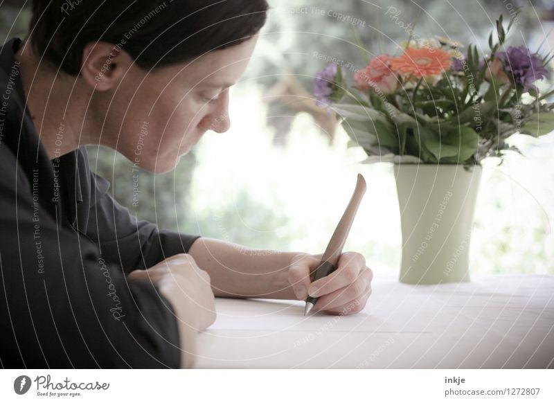 Liebe Ella... Lifestyle Stil Freizeit & Hobby Häusliches Leben Wohnung Tisch Frau Erwachsene Gesicht Arme Hand 1 Mensch 30-45 Jahre Papier Zettel Schreibstift