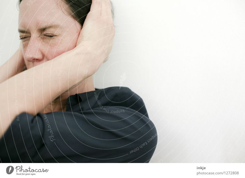 Frau hält sich die Ohren zu Lifestyle Stil Erwachsene Leben Gesicht Oberkörper 1 Mensch 30-45 Jahre hören Gefühle Scham Reue Hemmung Angst Zukunftsangst Stress