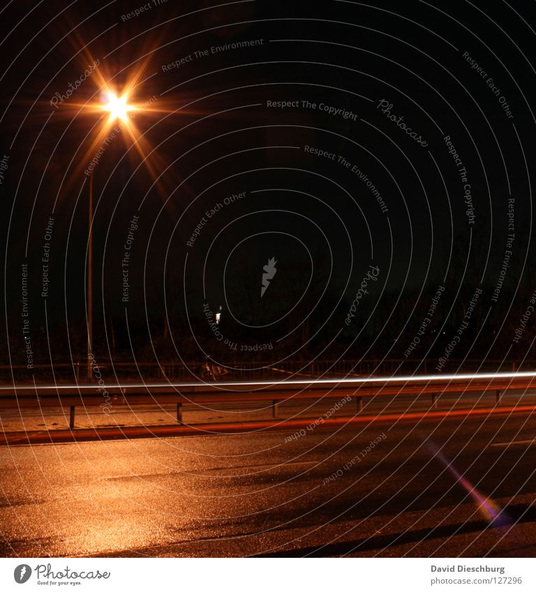 The road to my castle gelb Pfütze Reflexion & Spiegelung Rücklicht Laterne Langzeitbelichtung mehrspurig Bordsteinkante Geschwindigkeitsüberwachung schwarz rot