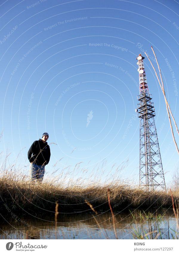 drei farben groß lang Funktechnik Antenne Froschperspektive Einsamkeit Mann Herr himmelblau Ödland Wiese Halm steil Pampa Industrie Elektrisches Gerät