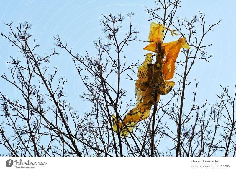 Die Plastiktüte. Himmel Natur Baum Holz Stein Dekoration & Verzierung Papier Sträucher Reinigen Ast Fahne Müll Hinterteil Statue Zweig Zerstörung