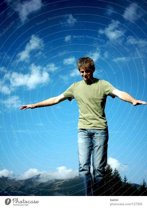 freiflug Mensch Mann Himmel blau Wolken Berge u. Gebirge Freiheit Zufriedenheit fliegen Luftverkehr Jeanshose Österreich Schweben Leichtigkeit
