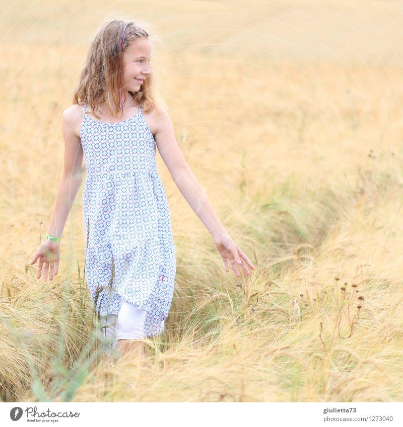 Smile Freizeit & Hobby Spaziergang Mensch feminin Kind Mädchen Kindheit Leben 1 8-13 Jahre Sommer Getreidefeld Feld Kleid blond langhaarig Lächeln Blick
