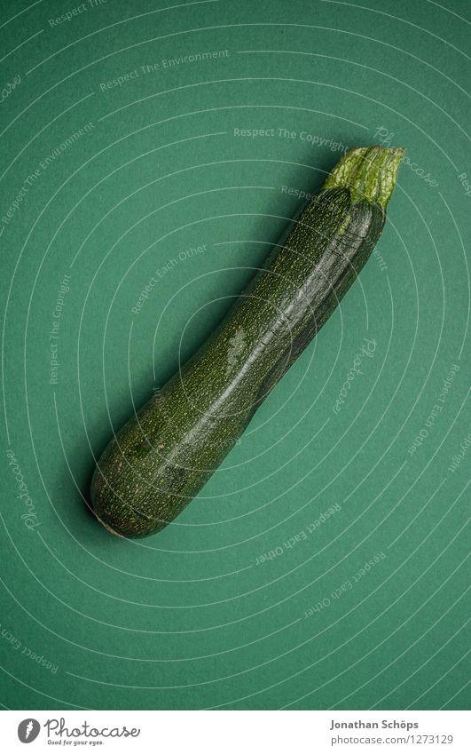 Die Zucchini Lebensmittel Gemüse Ernährung Essen Mittagessen Bioprodukte Vegetarische Ernährung Diät Fasten Slowfood ästhetisch grün lang Foodfotografie