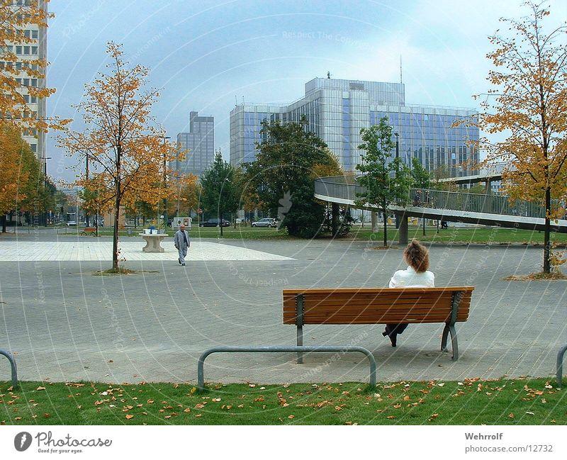 Ruhe in der Stadt Frau Mensch Stadt ruhig Erholung Bank Stadtzentrum Düsseldorf