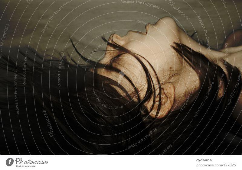 Und alle Haare fliegen hoch Frau schön Beautyfotografie Porträt geheimnisvoll schwarz bleich Lippen Stil lieblich Selbstportrait Gefühle Licht Schwäche feminin