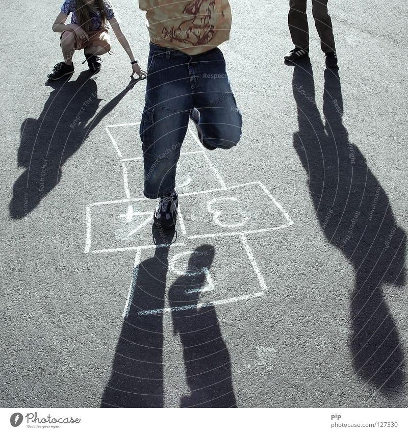 sprung über'n eigenen schatten Mensch Kind Freude Straße Schatten springen Spielen Beine Zufriedenheit Feld Erfolg Fröhlichkeit Niveau Ziffern & Zahlen Asphalt Punkt