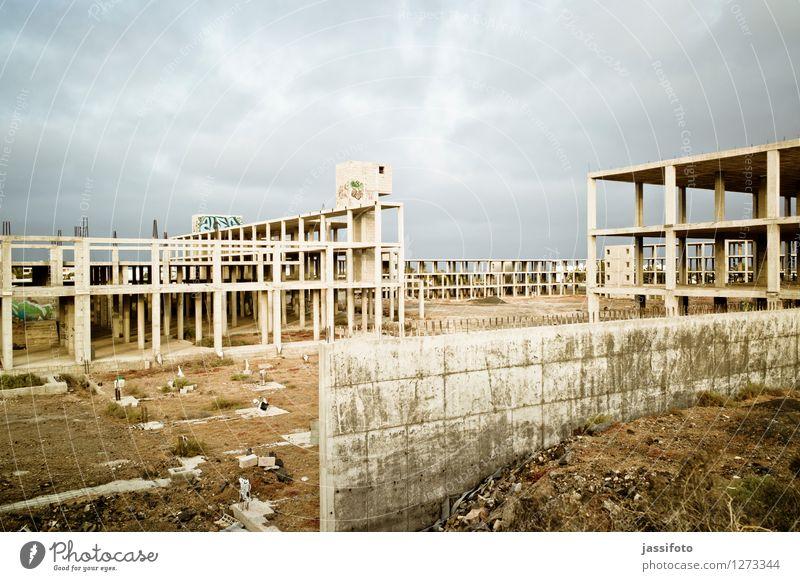 Bauruine Stadt Haus kalt Wand Architektur Gebäude Mauer Stein trist groß Beton kaputt Spanien Bauwerk Ruine gigantisch