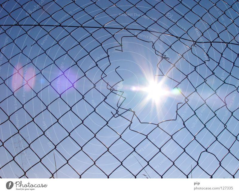 netzmaske Himmel Sonne blau Freiheit hell Beleuchtung Angst frei leer Sicherheit offen kaputt Frieden Netz Politik & Staat Klettern