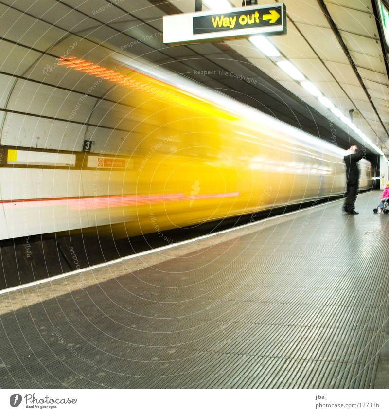zu spät... Beleuchtung Bahnhof Verkehr Eisenbahn Perspektive Pfeil U-Bahn Schilder & Markierungen gestellt Bahnsteig Verkehrsmittel unterirdisch Fluchtpunkt Halogenlampe