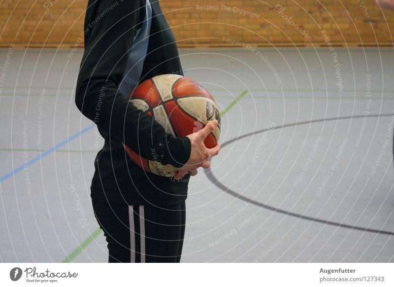 Korbleger Sporthalle Sportplatz Spielen Schulsport Basketballplatz Trainer Basketballer passen Konzentration Ball warten werfen Court Erfolg Elektrizität