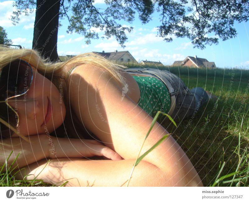 relaxxx Gras grün Erholung Sonnenstrahlen Sommer Halm Baum Wiese ruhig Zufriedenheit Sonnenbrille Jugendliche