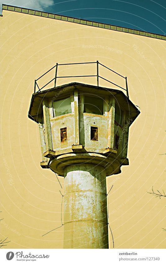 Grenze Berlin Mauer Deutschland Beton Turm Denkmal historisch Wahrzeichen DDR Hauptstadt Wachturm Sowjetische Besatzungszone