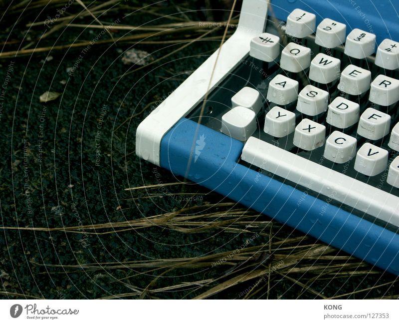 qwer Einsamkeit Schriftzeichen Industrie trist Buchstaben Asphalt berühren Tastatur verloren vergessen unterwegs Schreibmaschine Schreibwaren Schreibgerät blau-weiß