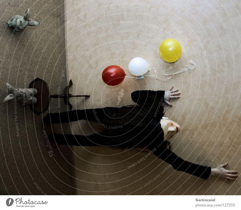 Hoffnungslos Vogelperspektive Wand chaotisch Frau Luftballon Hase & Kaninchen Tisch stehen kleben Hand Angst Seele hilflos Verzweiflung schwarz weiß gelb rot