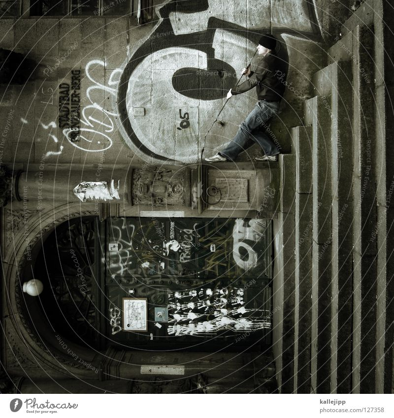 baden gehen Silhouette Dieb Krimineller Rampe Laderampe Fußgänger Schacht Tunnel Untergrund Ausbruch Flucht umfallen Fenster Parkhaus Geometrie Gegenlicht Jacke