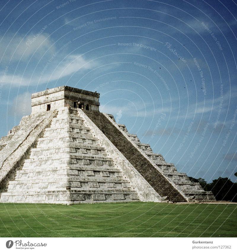 Chichén Itzá Maya Tempel Indianer Mittelamerika steil grün Mexiko Gotteshäuser Wahrzeichen Denkmal Pyramide Himmel Stein Rasen alt menschenopfer Treppe