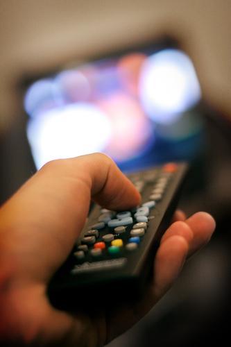 Zapping Fernsehen drücken Knöpfe Reihe Fernbedienung Auswahl Hand Daumen faulenzen Video DVD-ROM Heimkino Medien Information informieren Langeweile Radio Sender