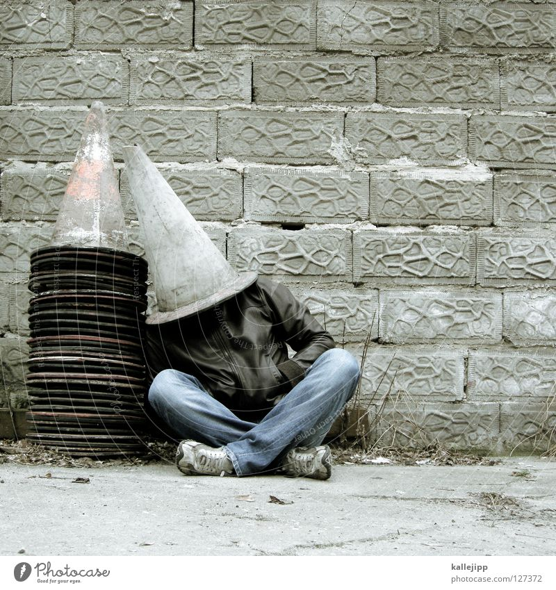 hütchenspieler Hut Baseballmütze Mütze Barriere Mann Mensch Lifestyle schlafen Jacke Mauer Baustelle Trick Verkehr Straßenverkehr Verkehrspolizist