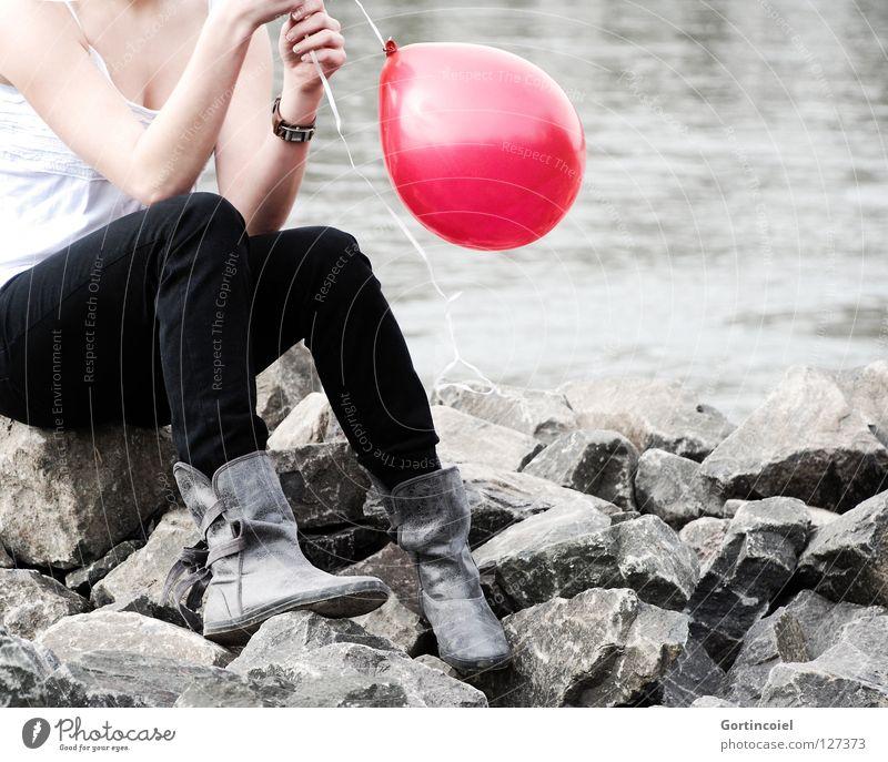 Crash Sommer feminin Frau Erwachsene Jugendliche Brust Arme Hand Beine Fuß Flussufer Hose Schuhe Stiefel Luftballon Denken sitzen Spielen träumen rot verträumt