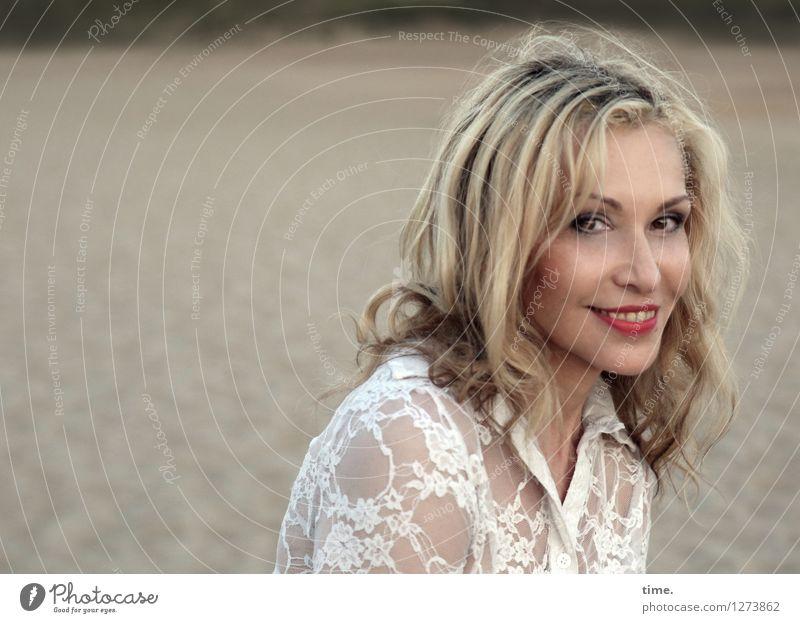 . feminin Frau Erwachsene 1 Mensch Natur Landschaft Sand Hemd blond langhaarig beobachten Lächeln Blick warten schön Glück Fröhlichkeit Zufriedenheit