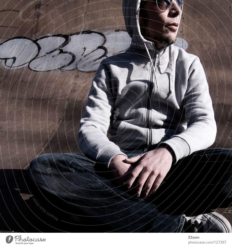 abflacken III Mensch Mann Jugendliche Erholung Stil Holz Graffiti Beleuchtung Arme maskulin Beton sitzen Coolness Jeanshose trist Bodenbelag