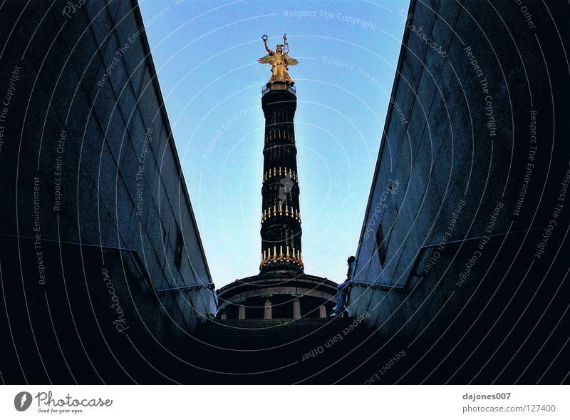 aus den katakomben Berlin Tunnel historisch Skulptur Goldelse Siegessäule Katakomben